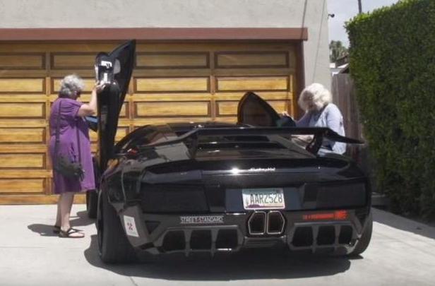 Dos abuelas en un Lamborghini, frame del vídeo