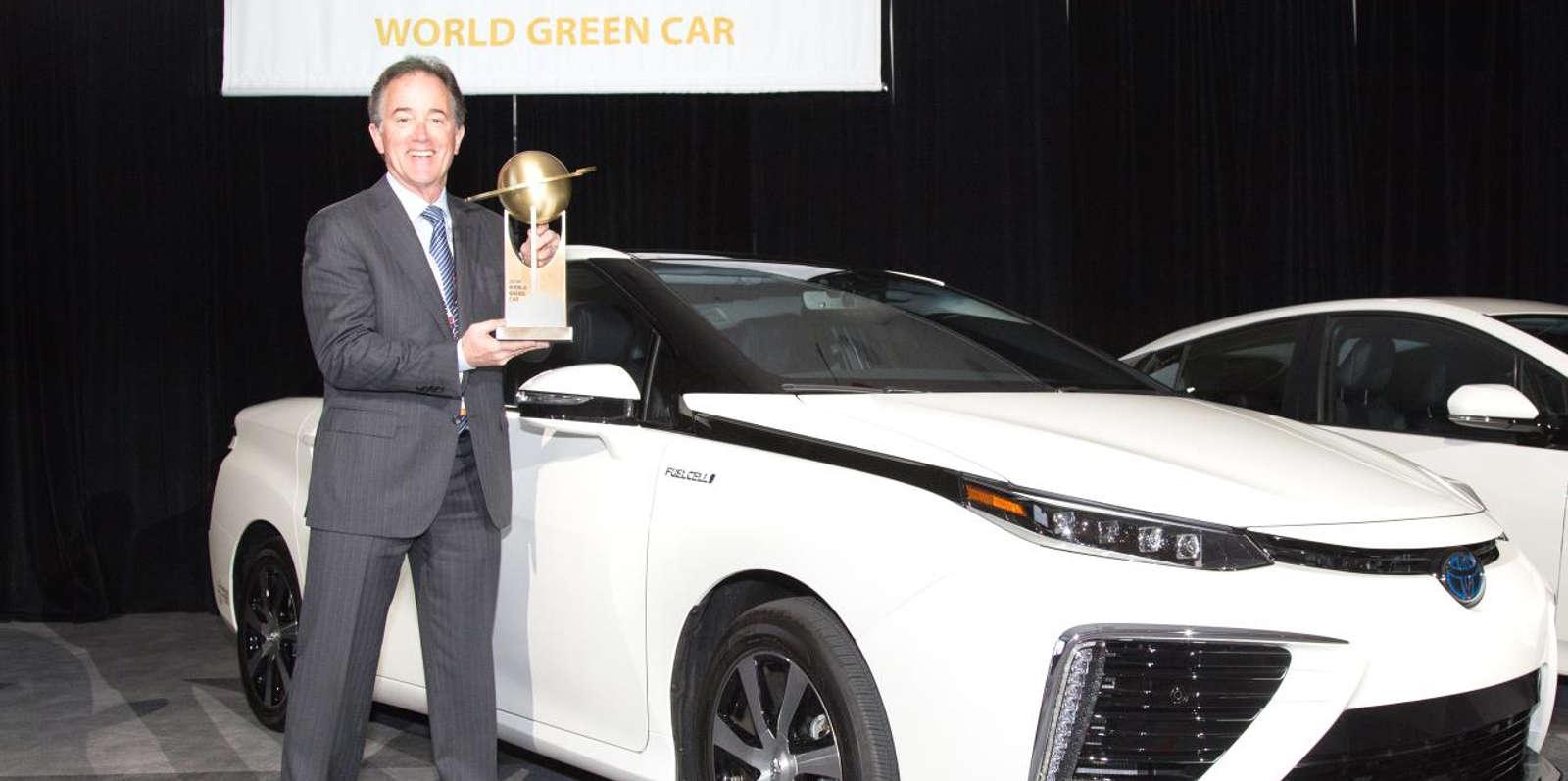 Karl Schlicht con el trofeo que acredita al Toyota Mirai como Coche Sostenible del Año (Foto: Toyota)