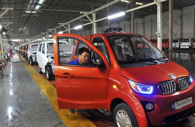 Un trabajador de una fábrica de Qingzhou monta uno de los 100.000 unidades vendidas (Foto: Reuters)