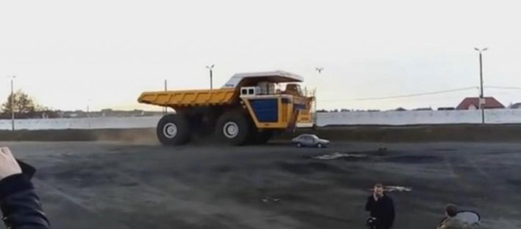 Camión aplasta un coche