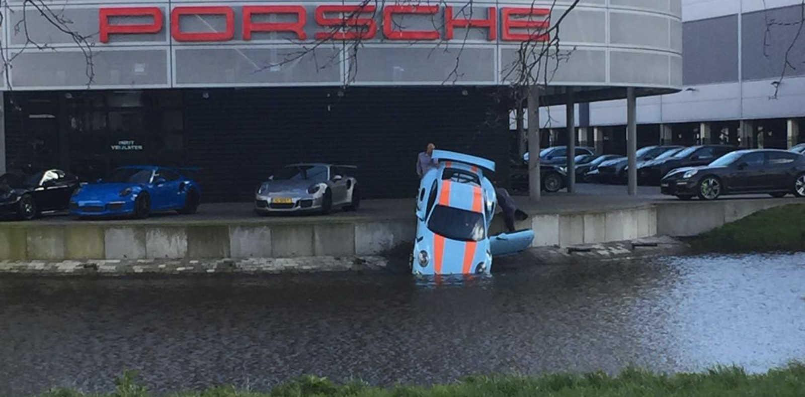 El Porsche que el mecanico arrojó al agua (Foto: Autovisie)