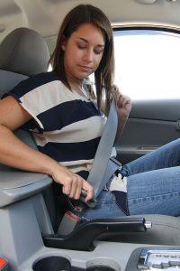Una mujer se abrocha el cinturón de seguridad (Foto: Wikimedia Commons)