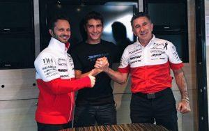 Albert Arenas celebrando su nuevo contrato