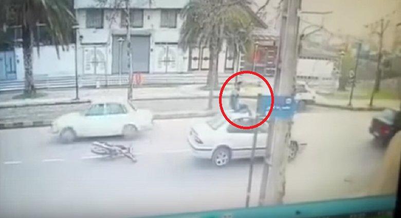 El motorista encima del coche