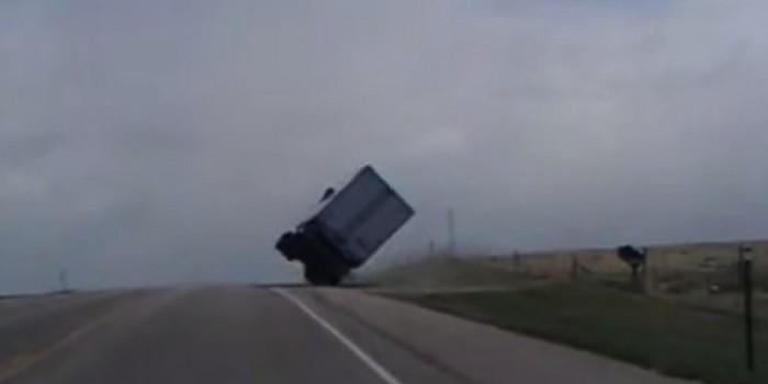 Un camión tumbado por el viento