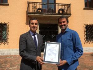 Carles Ayats de la Cambra de Comerç y Joan Fontserè, director general del Circuit de Barcelona-Catalunya con el certificado ISO