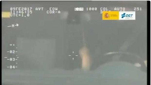 Frame del vídeo en el que un conductor simula tocar la batería