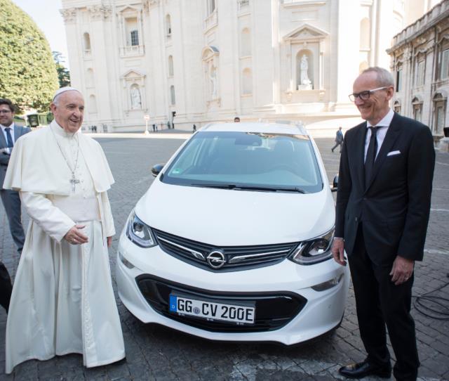 El Papa recibe un Opel Ampera-e