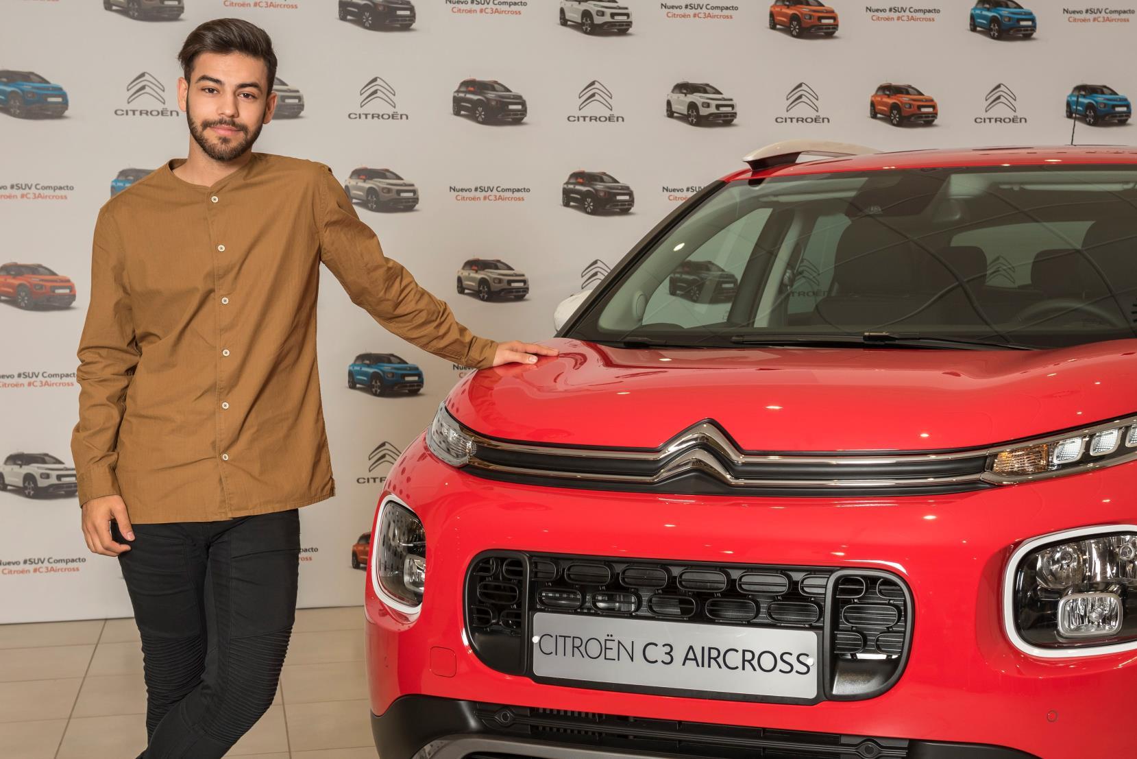 Agoney con su SUV Citroën