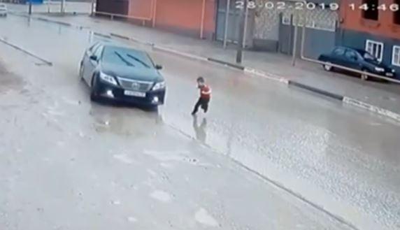 Un niño se salva de un atropello en el último minuto
