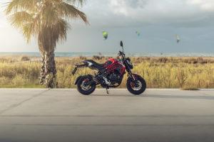 Una moto Macbor Fun 125 parada en un paisaje