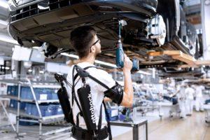 Un trabajador de Audi con uno de los exoesqueletos que prueba la marca