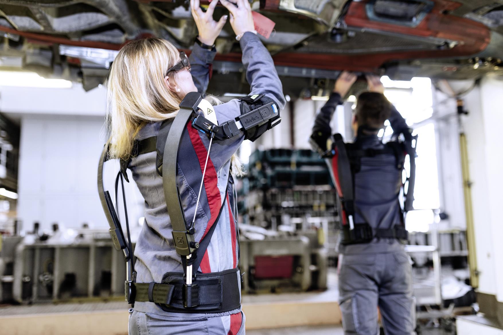 Una trabajadora de Audi con uno de los exoesqueletos que prueba la marca