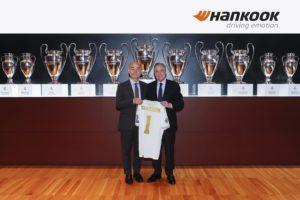 Los presidentes de Hankook y del Real Madrid posando ante las Copas de Europa ganadas per el equipo blanco