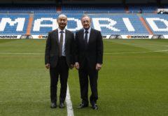 Los presidentes de Hankook y del Real Madrid posando en el césped del Estadio Santiago Bernabéu