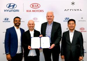Foto de família de los representantes de Kia, Hyundai y Arval con el acuerdo para potenciar los vehículos comerciales eléctricos