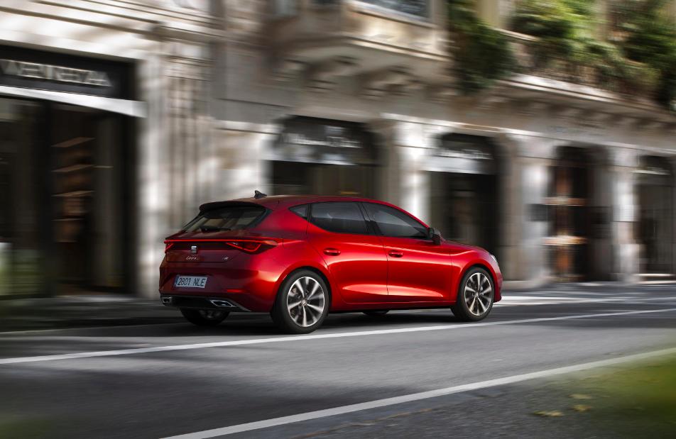 El nuevo Seat León en un modelo de color rojo