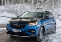 Un Opel Grandland X de color azul