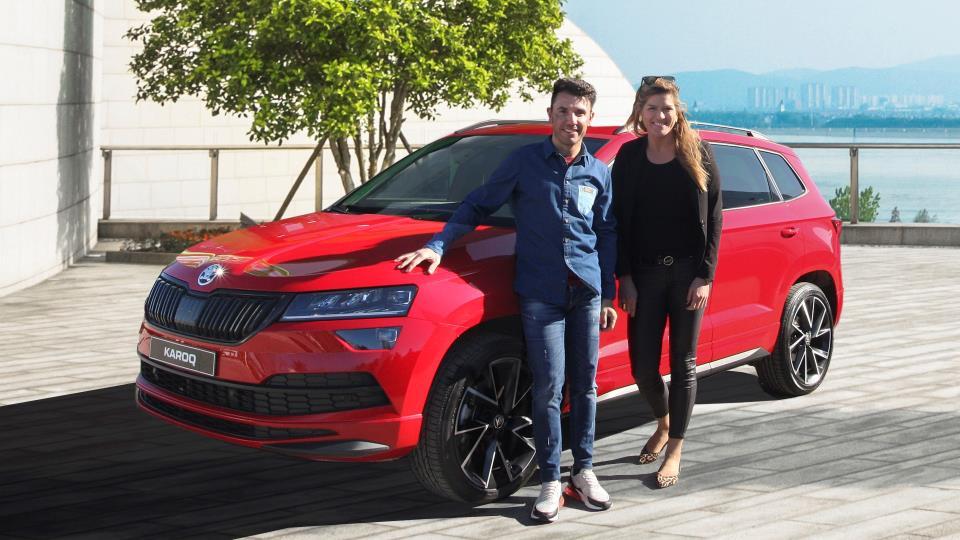 Purito Rodríguez y Sandra Jordá posan ante un Skoda de color rojo
