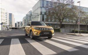 El nuevo Suzuki Vitara Mild Hybrid de color amarillo en un paso de peatones de una ciudad
