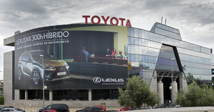 Fachada de un concesionario de Toyota
