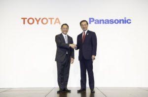 Los presidentes de Toyota y Panasonic dándose la mano para sellar el acuerdo para crear baterías prismáticas