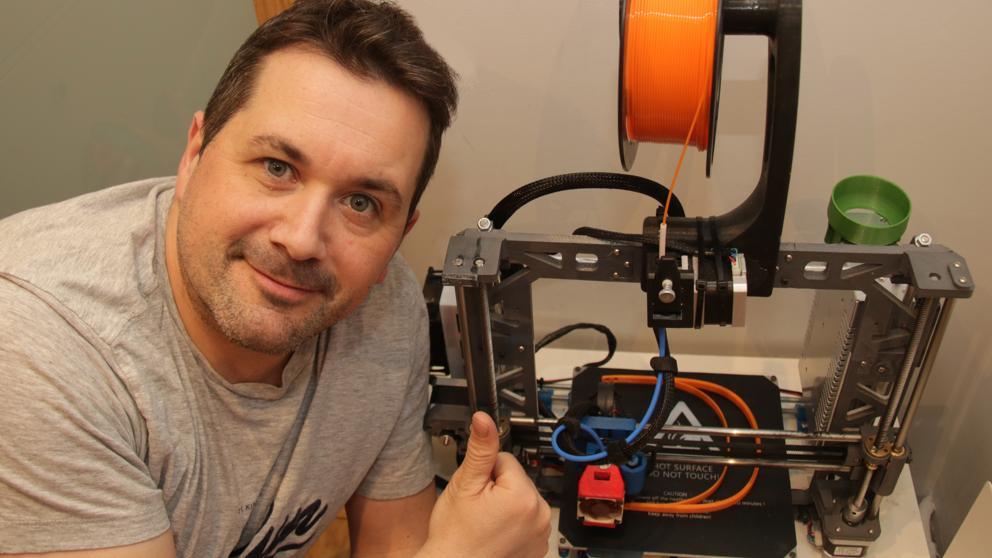 Uno de los trabajadores de Renault que usan tecnología 3D para hacer frente a la emergencia sanitaria