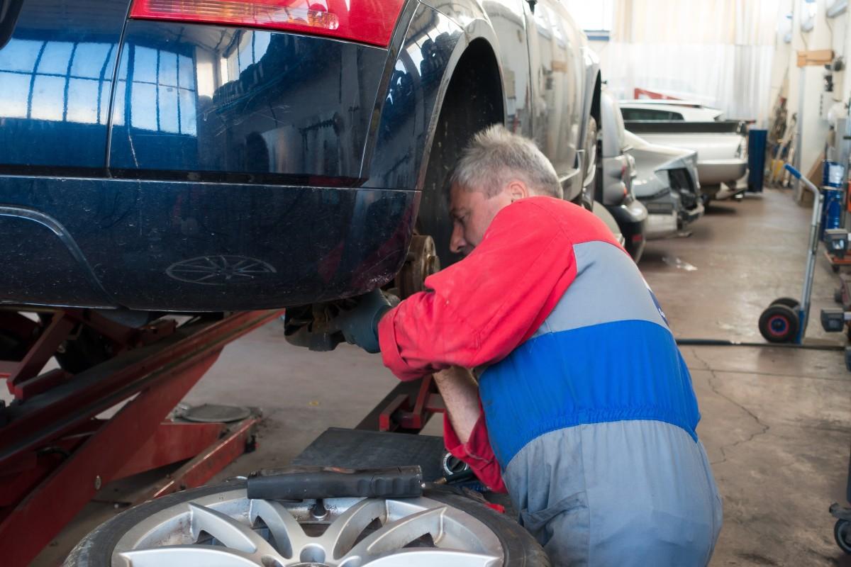 Un mecánico trabajando en un taller